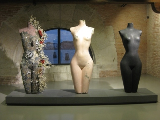 201711LL venice biennale damien hirst sculpture woman breasts coral
